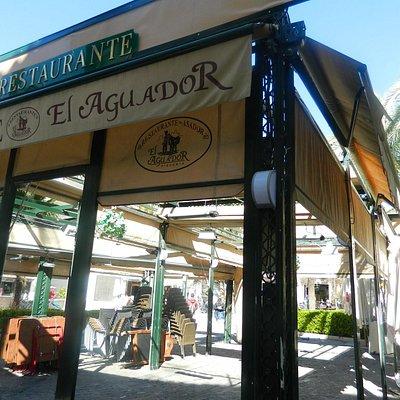 """Sector de terraza del restaurante """"El Aguador"""" sobre la plaza"""