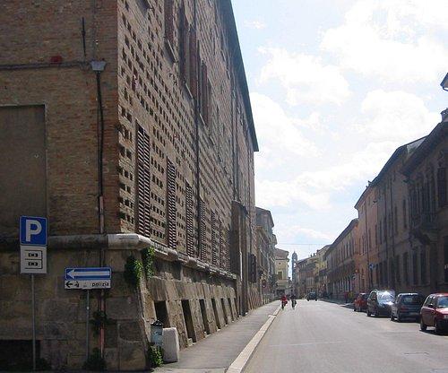 Storico Palazzo Mazzolani. In primo piano pietra miliare romana, sullo sfondo la Torre dell'Orol
