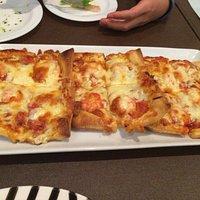 照明は抑えめです。特徴的なパイ生地のピザとセットのデザート!