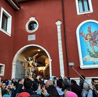L'uscita della statua di San Michele dal Santuario