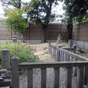 手前が紫式部、奥が小野篁公のお墓です