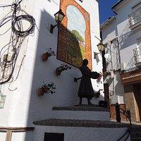 Vista de la estatua y mural en homenaje a la mujer faenera
