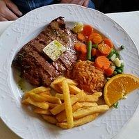 Grillteller, Rumpsteak und Salat......