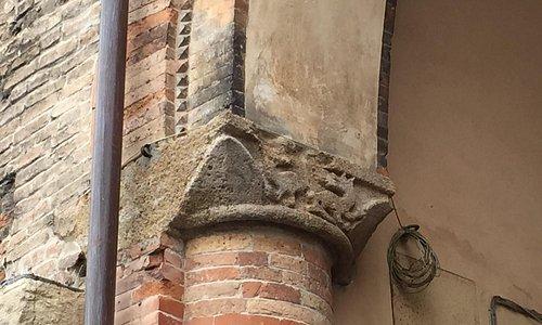 Antico capitello di sinistra