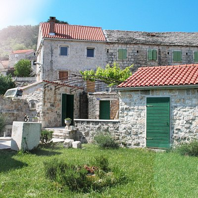 Our location between old stone houses and traditional dalmatian architecture