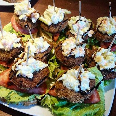 Pintxos que tienen en barra, hamburguesa de lentejas y ensaladilla vegana