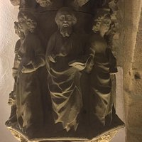Creu de terme de Pere Joan (segle XV) i anell amb inscripció hebrea, peces de Tragèdia al call.