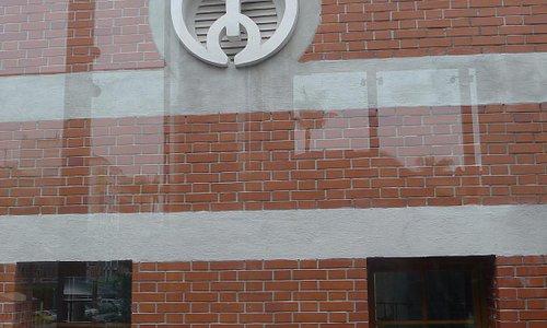 整修後的倉庫外有臺中市徽