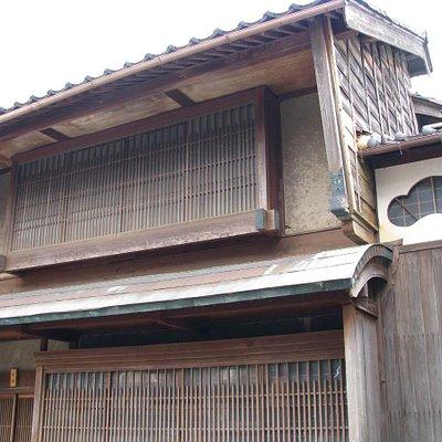 格子窓と防火壁のある家