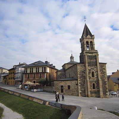 教会の構成は、典型的な一つの身廊と翼廊により古いラテン十字の形