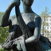 Die Glücksgöttin neben dem Brunnen