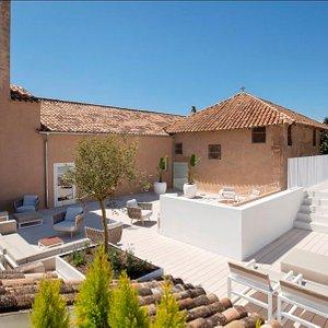 vista general terraza y piscina