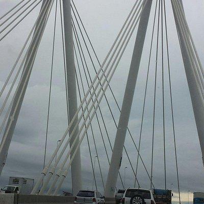 A ponte compensa o dia nublado! Bonita!