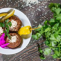FALAFEL smażone kulki z ciecieżycy z warzywami serwowane z sosem sezamowym