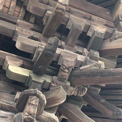 組物の一部に邪鬼や鬼面の彫刻を用いるなど、細部に特色がみられる。