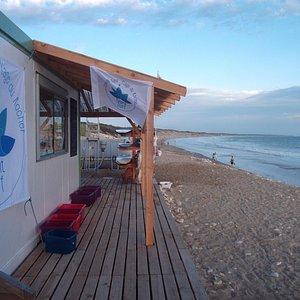 école de surf située face à l'océan.