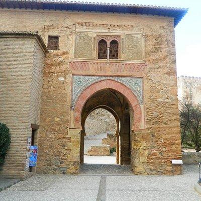 Puerta del Vino, entrada a la plaza de los Aljibes