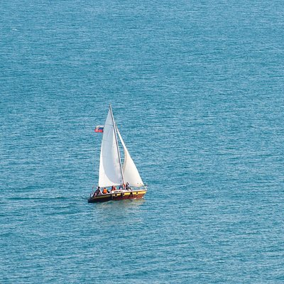 яхта под всеми парусами