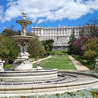 Вид на королевский дворец и фонтан Ракушки