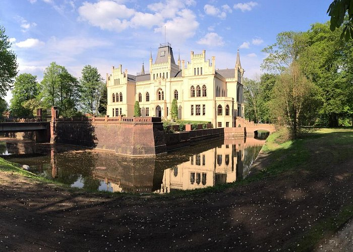 Sloßpark evenburg. the castle with the most around it.