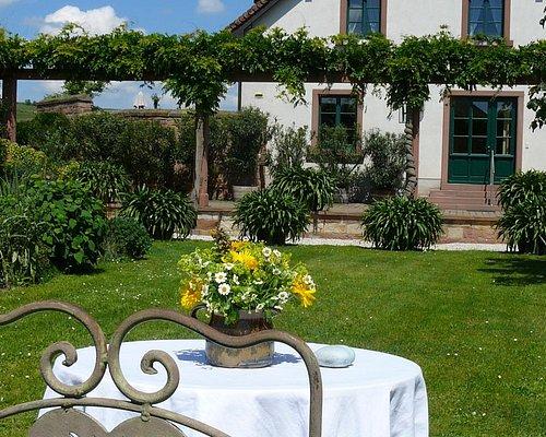 Nach der Weinprobe durch den schönen Garten schlendern ...
