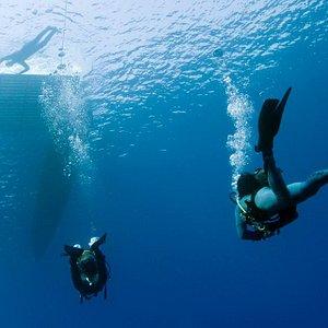 Buceadores y embarcación de buceo