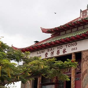 The Lum Sai Ho Tong building is at the corner of Kukui and River streets