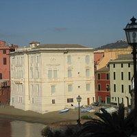 Il palazzo della Galleria Rizzi in riva al mare, nella Baia del Silenzio