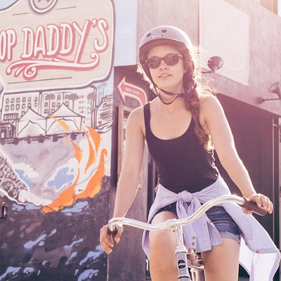 Nice photo of our guest taken on Abbot Kinney shopping district.