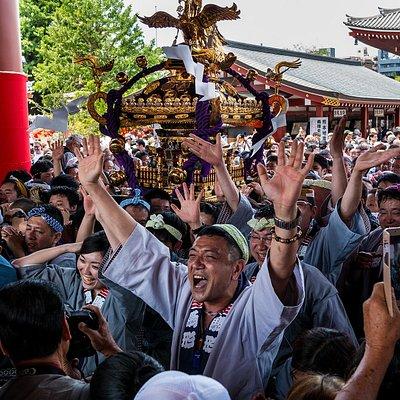 Uno de los muchos grupos en el momento que pasan por la puerta del templo.
