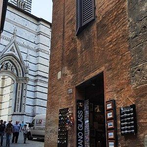 Questo, dov'è il mio negozio, è lo scorcio più bello di Siena....