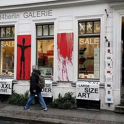 Hier gibt es große Bilder, handgemalt von jungen unbekannten Künstlern aus Berlin.
