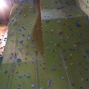 W centrum znajdują się ścianki z przewyższeniami dla bardziej zaawansowanych miłośników wspinacz