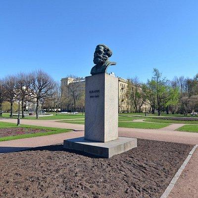 Памятник-бюст Карла Маркса в саду-партере Смольного, Санкт-Петербург