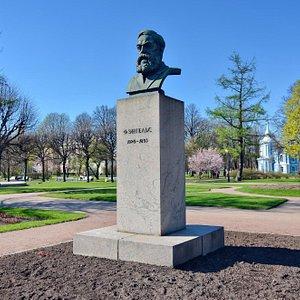Памятник-бюст Фридриха Энгельса в саду-партере Смольного, Санкт-Петербург