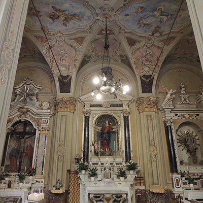 davanti all'ingresso - altare maggiore
