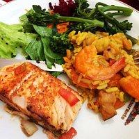 Paella, salada mediterrânea e salmão ao forno.