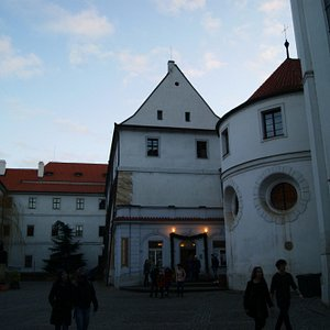 Галерея МИРО на территории Страговского монастыря