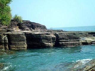 Pantai Batu Lapis, bersebelahan dengan pulau mengkudu