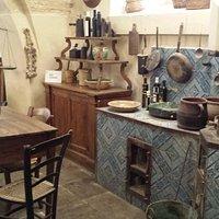 Cucina in maioliche con forno e tannura a legna casa del villano del trappeto