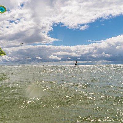 Sonne, Wind und Aktion beim Kitesurfen auf der Insel Rügen.