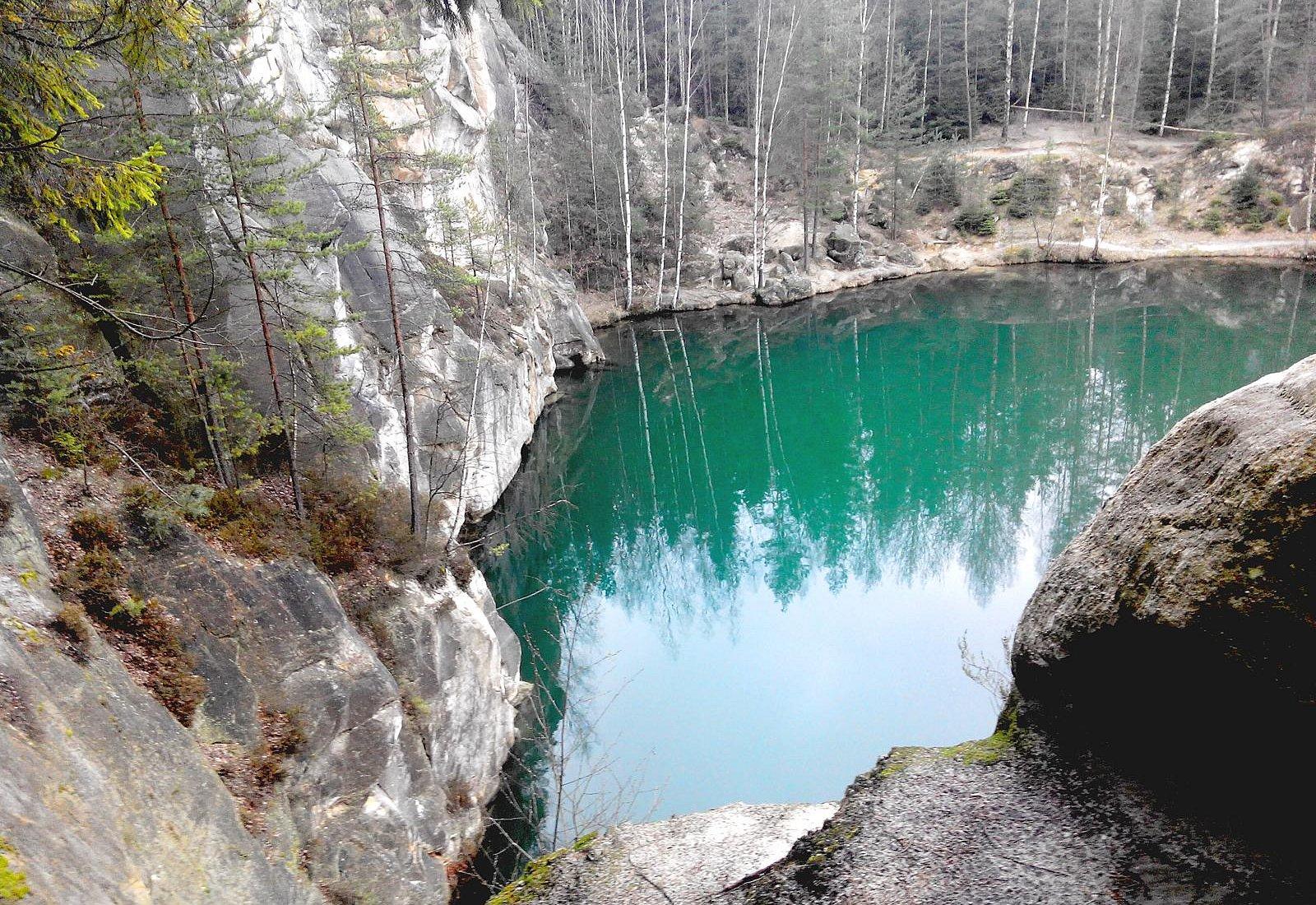 Озеро в окружении леса.