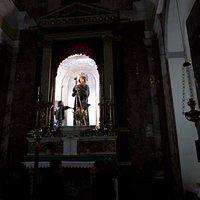 I fedeli salgono alle spalle dell'altare per toccare il saio del santo