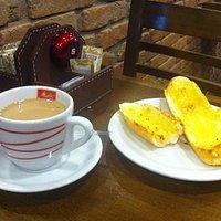 Pão na Chapa e Café com Leite