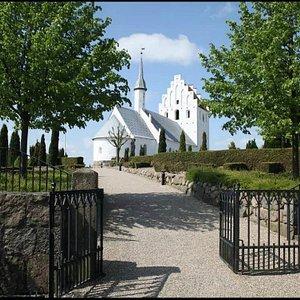 Ullerslev kirkes indgang til kirkegården.