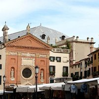 Chiesa e piazza con mercato