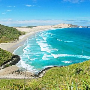 С левой стороны от мыса начинаются широкие песчаные пляжи...
