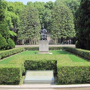 魯迅氏のお墓です。