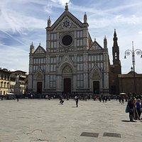 Piazza di Santa Croce met links het standbeeld van Dante Alighieri
