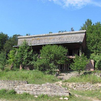Для сталкеров - тут есть заброшенный ресторан советской эпохи.
